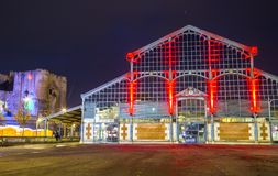 Vita notturna di Natale, vecchio mercato e torrione illuminato del castello nel centro urbano di niort Fotografia Stock Libera da Diritti