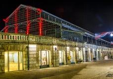 Vita notturna di Natale, vecchio mercato illuminato nel centro urbano di niort Immagini Stock Libere da Diritti