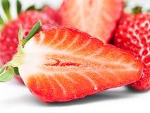 vita nya isolerade jordgubbar för bakgrund Arkivfoto