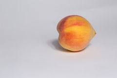 vita nya isolerade persikor Arkivbild