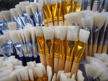 Vita och blåa borstar för att måla arkivfoto