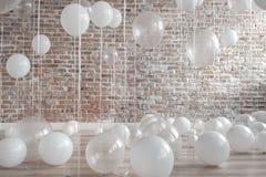 Vita och genomskinliga ballonger Fotografering för Bildbyråer