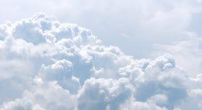 Vita och gråa oklarheter i blå sky arkivbild