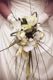 Vita och gula rosor som gifta sig buketten Arkivbild