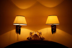 Vita och guld- peeep-tå sandaler Arkivfoto