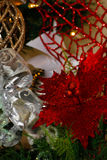 Vita och röda julgrangarneringar för guld, Royaltyfri Fotografi