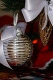 Vita och röda julgrangarneringar för silver, Royaltyfria Bilder