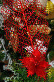 Vita och röda julgrangarneringar för silver, Royaltyfri Fotografi