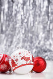 Vita och röda julprydnader blänker på bokehbakgrund med utrymme för text Xmas och lyckligt nytt år Arkivbilder