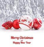 Vita och röda julprydnader blänker på bokehbakgrund med utrymme för text Xmas och lyckligt nytt år royaltyfria bilder