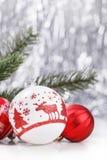Vita och röda julprydnader blänker på bokehbakgrund med utrymme för text Xmas och lyckligt nytt år royaltyfri foto