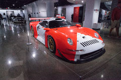 Vita och röda Porsche 1997 911 GT1 Arkivbilder