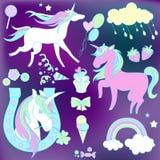 Vita och rosa enhörningar med sötsaker på violett bakgrund Arkivbild