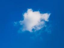 Vita oklarheter över den blåa skyen Arkivbild