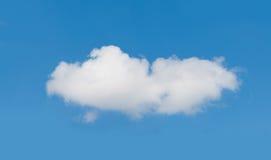 Vita oklarheter över den blåa skyen Arkivbilder