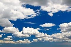 Vita oklarheter över den blåa skyen Royaltyfri Foto