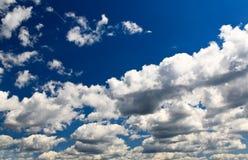 Vita oklarheter över den blåa skyen Arkivfoton