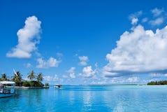 Vita oklarheter och blå sky royaltyfri bild