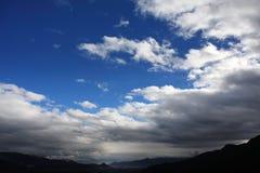 Vita oklarheter och blå Sky fotografering för bildbyråer
