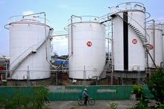 vita oljebehållare Arkivfoto