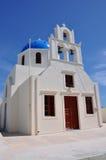 Vita ortodoxa kyrkliga klockor på den Santorini ön, Grekland, Arkivfoton