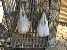 Vita påsar av last, barlast på en korg av en gammal forntida ballong royaltyfri foto