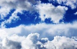 Vita pösiga moln och blå himmel Royaltyfria Bilder