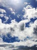 Vita pösiga moln och blå himmel Royaltyfri Bild