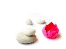 vita pebbles för lotusblommaorigamipapper Arkivbilder
