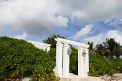 Vita pelare på stranden Arkivbild