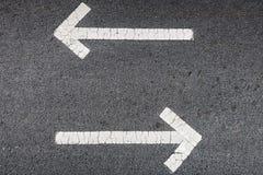 Vita pilar på asfalt Fotografering för Bildbyråer