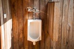Vita pissoar i den utomhus- toaletten Royaltyfria Foton