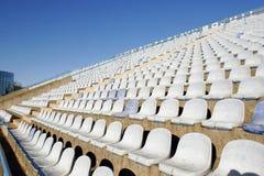 Vita plast- stadionstolar Arkivfoton