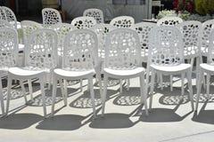 Vita plast-stolar i rad för ett bröllop Arkivbilder