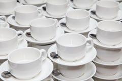 Vita porslinkoppar för kaffe eller te kaffeavbrott på ett affärsseminarium royaltyfri fotografi