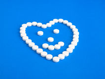 Vita preventivpillerar på en blå bakgrund Royaltyfria Foton