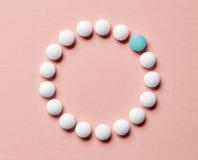 Vita preventivpillerar på rosa bakgrund Royaltyfria Foton
