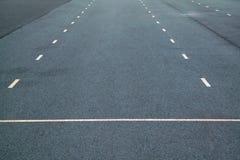 Vita prickiga linjer markering p? naturlig bakgrund f?r asfalt K?rbanalinje arkivfoton