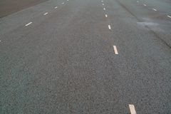 Vita prickiga linjer markering p? naturlig bakgrund f?r asfalt K?rbanalinje arkivbilder