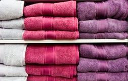 vita purpura handdukar Royaltyfria Foton