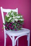 vita purpura tulpan för bukettstol Arkivbilder