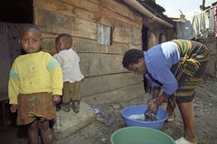 Vita quotidiana in bassifondi keniani di una famiglia povera Immagini Stock