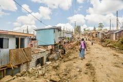 Vita quotidiana della gente locale dei bassifondi di Kibera a Nairobi, il Kenya fotografie stock