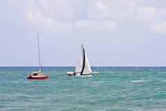 vita röda segelbåtar Royaltyfri Bild