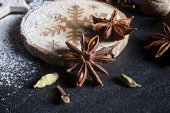 vita röda stjärnor för abstrakt för bakgrundsjul mörk för garnering modell för design Royaltyfri Fotografi