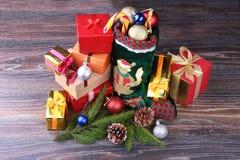 vita röda stjärnor för abstrakt för bakgrundsjul mörk för garnering modell för design Adventkalender och jultomten sko med gåvor  arkivfoton
