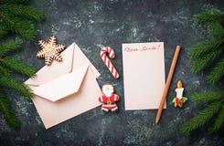 vita röda stjärnor för abstrakt för bakgrundsjul mörk för garnering modell för design Bokstav för jultomten och pepparkakakakor Royaltyfria Foton