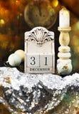vita röda stjärnor för abstrakt för bakgrundsjul mörk för garnering modell för design 31 December träkalender royaltyfria bilder