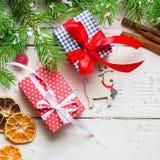 vita röda stjärnor för abstrakt för bakgrundsjul mörk för garnering modell för design Gåvor och lyckönskan på det nya året familj Arkivfoton