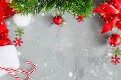 vita röda stjärnor för abstrakt för bakgrundsjul mörk för garnering modell för design Garneringar för lock och för xmas för julto royaltyfri foto